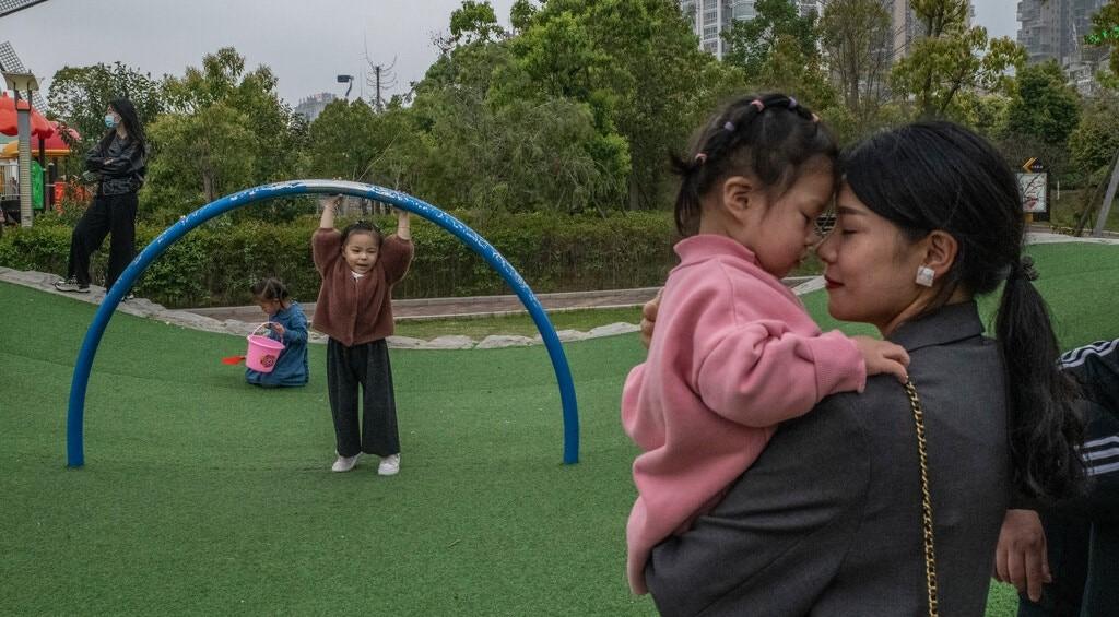 चीनले आफ्नो मुलुकमा बस्ने दम्पत्तीलाई तीन सन्तान जन्माउन पाउने अधिकार दिने निर्णय