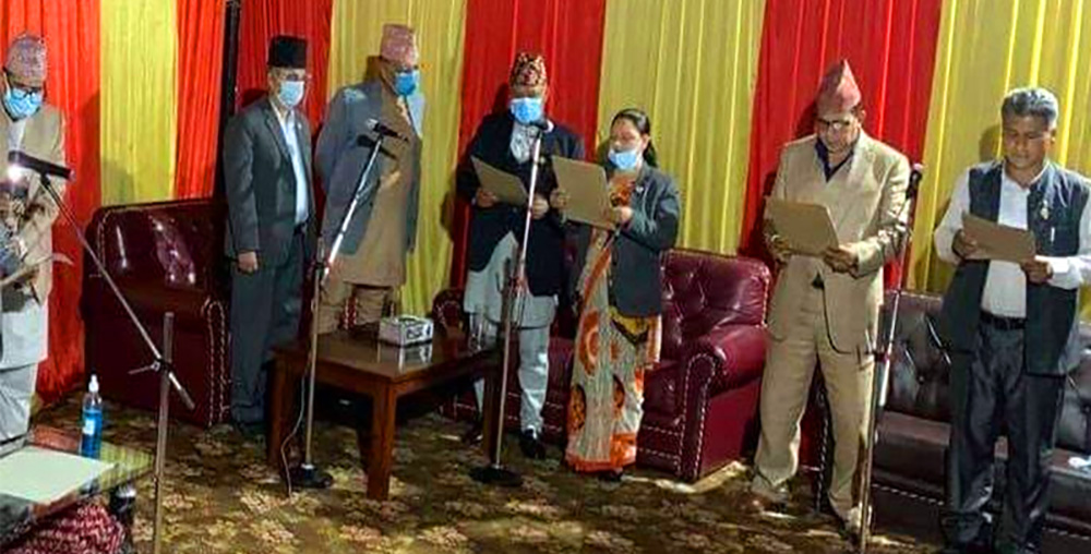 नवनियुक्त मुख्यमन्त्री कृष्णचन्द्र नेपाली पोखरेलसहित पाँच जना मन्त्रीले लिए पद तथा गोपनियताको सपथ ग्रहण