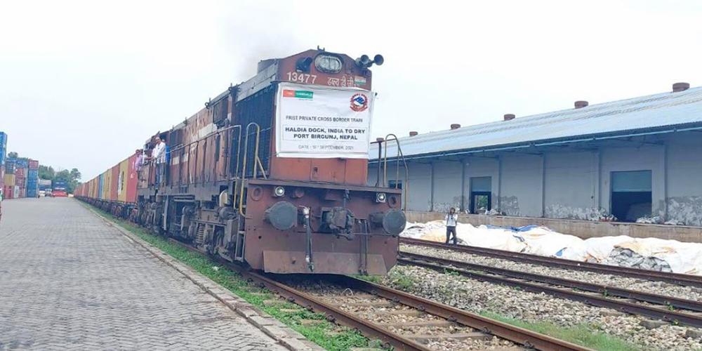 नेपाल–भारत रेल्वे सम्झौता भएसँगै पहिलो पटक वीरगञ्ज सुख्खा बन्दरगाहमा निजी क्षेत्रको रेल आयो