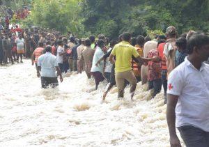 भारतको केरलामा ठूलो पानीका कारण आएको बाढीले जनजीवन प्रभावित